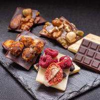 Image Mendiants chocolat aux fruits secs assortis noir, lait, blanc