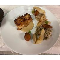 Image Lotte cuite au beurre mousseux, Sparassis et purée de Topinambour au Thé fumé, Poires pochées, Crème de Champignons.