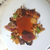 Image Assiette de Cochon fermier du Limousin, Polenta Chorizo Poivron, sauce Romesco.